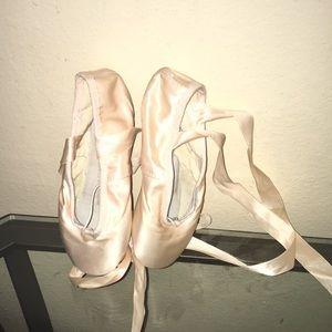 Hello I'm Selling Bloch Sonata Pointe Shoes